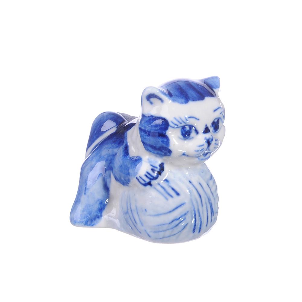 Фигурка в виде котенка с мячиком, Гжельский фарфор Котенок с клубком, 4,5х5х3,5см